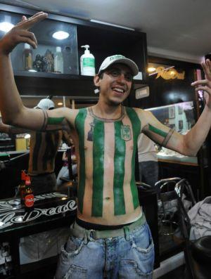 torcedor faz tatuagem da camisa do atlético nacional da colombia