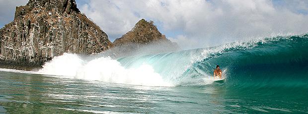nas ondas de noronha, cacimba do padre