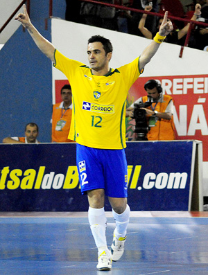 falcão comemora gol da seleção brasileira de futsal