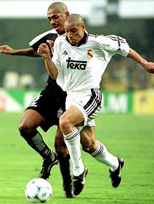 roberto carlos real madrid vampeta corinthians mundial de clubes 2000 (Foto: agência AFP)