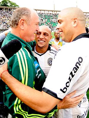 Felipão com Roberto Carlos e Ronaldo no clássico entre Corinthians e Palmeiras