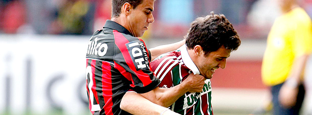Lance do jogo entre Atlético-PR e Fluminense