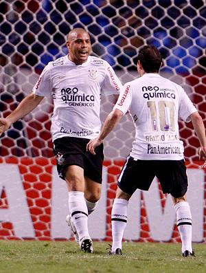 ronaldo e bruno cesar comemoram gol do corinthians contra o flamengo (Foto: Jorge William / Agência O Globo)