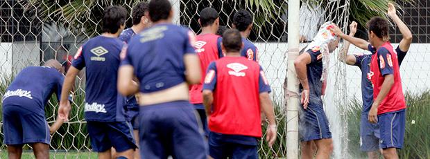 O jogador Zé Eduardo é alvo de brincadeiras dos colegas no dia do seu aniversário no treino do santos