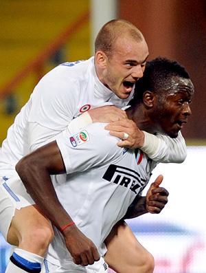 sneijder e muntari comemoram gol do internzaionale milão sobre o genoa (Foto: AFP)