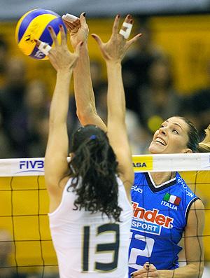 Mundial Feminino de Vôlei - Thaisa e Sheilla em jogo contra a Itália