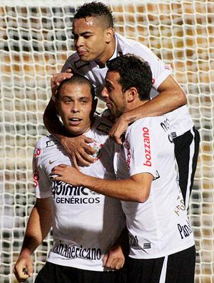 ronaldo comemora gol do corinthians sobre o avaí