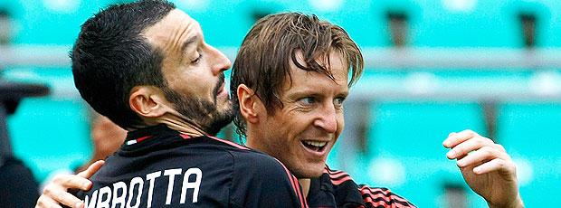 Ambrosini e Zambrotta comemoram gol do Milan