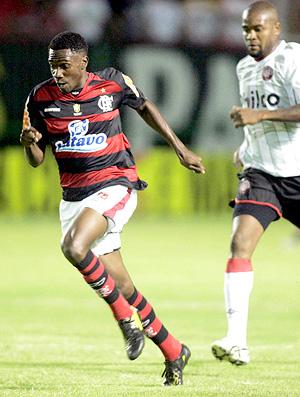 Guilherme Negueba em lance do jogo entre  Flamengo e Atlético-PR