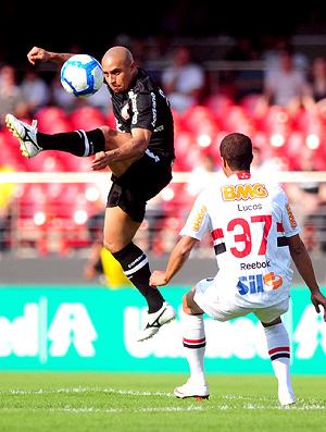 Roberto Carlos e Lucas no jogo entre São Paulo e Corinthians