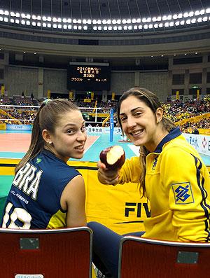 Carol Gattaz e Camila Brait na partida do Brasil de vôlei