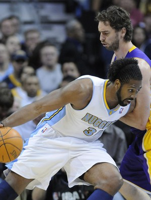 Nenê, Denver Nuggets, tenta passar por Pau Gasol, Los Angeles Lakers