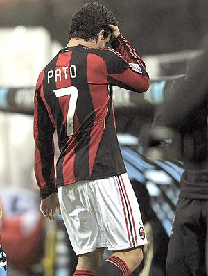 Pato deixa o campo machucado em partida do Milan
