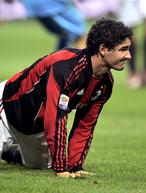 Pato machucado na partida do Milan