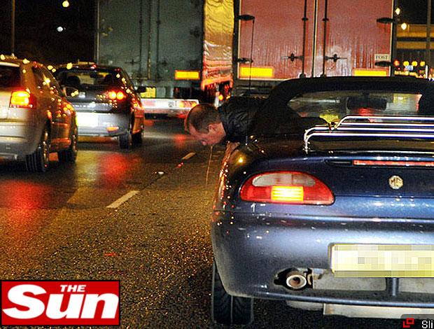 Paul Gascoigne flagrado passando mal dentro de carro