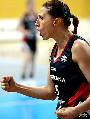 Helen comemora na partida de basquete entre Americana x Santo André