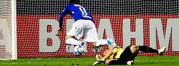 Thiago Ribeiro cai na área do Corinthians em lance duvidoso