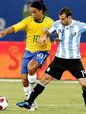 ronaldinho e mascherano, brasil x argentina