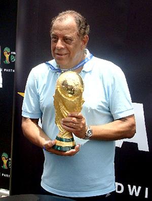 Soccerex - Carlos Alberto Torres com a taça da Copa do Mundo (Foto: Marcio Iannacca / Globoesporte.com)