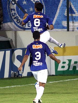 henrique comemora gol do cruzeiro sobre o vasco