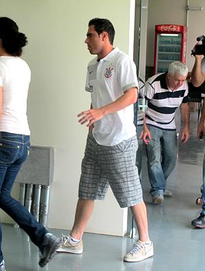 Bruno César chega mancando para a coletiva Corinthians