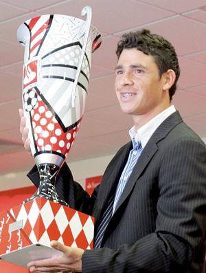 Giuliano, do Inter, recebe das mãos de Verón o prêmio de melhor jogador da Taça Libertadores