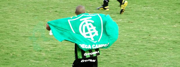 jogador do América-MG comemora retorno à Série A