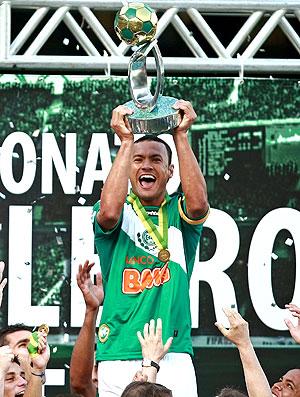 Jéci levanta a taça de campeão do Coritiba