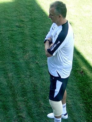 Dorival Júnior, técnico do Atlético-MG, se recuperando de artroscopia