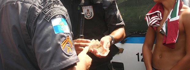 policiais contando dinheiro da venda de ingressos