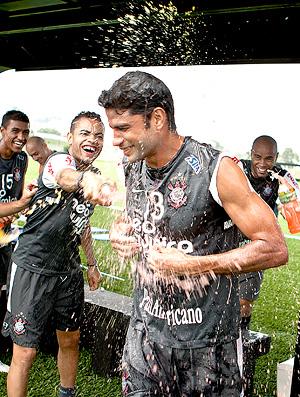 Treino Corinthians - William leva banho dos companheiros