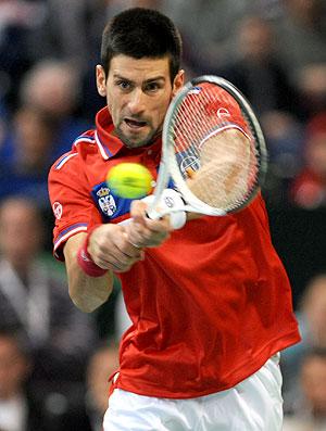 Novak Djokovic na partida de tênis contra Monfils