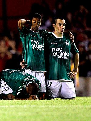 jogadores do goiás desolados com a derrota nos pênaltis copa sul-americana