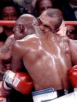 Mike Tyson morde orelha de Holyfield durante luta de boxe