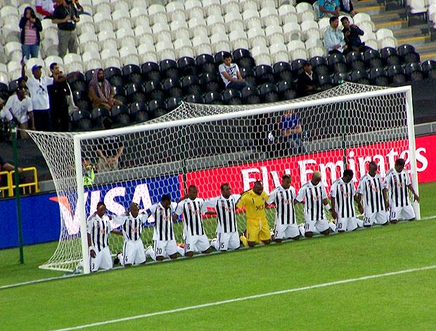 jogadores do Mazembe orando antes da partida conra o Pachuca