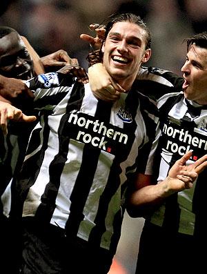 Andy Carroll comemora o terceiro gol do Newcastle contra o Liverpool