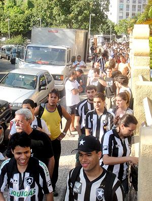 Túlio Maravilha ex-jogador do Botafogo - Torcedores na fila para evento com o Túlio