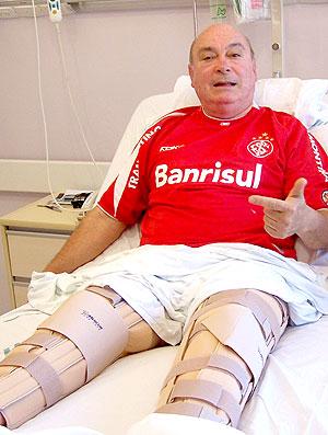 Gelson Pires, dirigente do Internacional, com os ligamentos rompidos em 2006