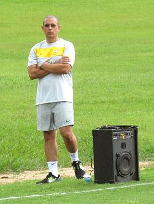 Altamiro Bottino no treino da seleção sub-20 com caixa de som