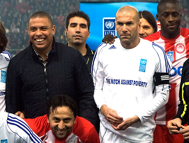 Ronaldo e Zidane em partida amistosa contra o Olympiacos