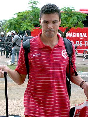 Bolivar no desembarque do Internacional (Foto: Eduardo Cecconi / GLOBOESPORTE.COM)