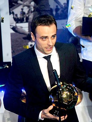 Dimitar berbatov recebendo premio de melhor jogador da bulgaria