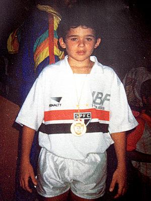 lateral-esquerdo Juan quando criança, com a camisa do São Paulo