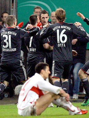 Klose comemora com jogadores no jogo Stuttgart x Bayern de Munique (Foto: Reuters)