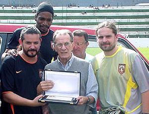 Em 2003, Telê Santana recebe homenagem do Sepultura