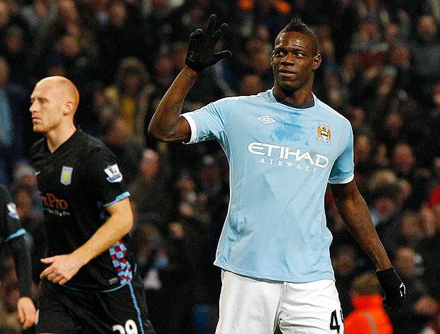 Mario Balotelli comemora gol do Manchester City contra o Aston Villa
