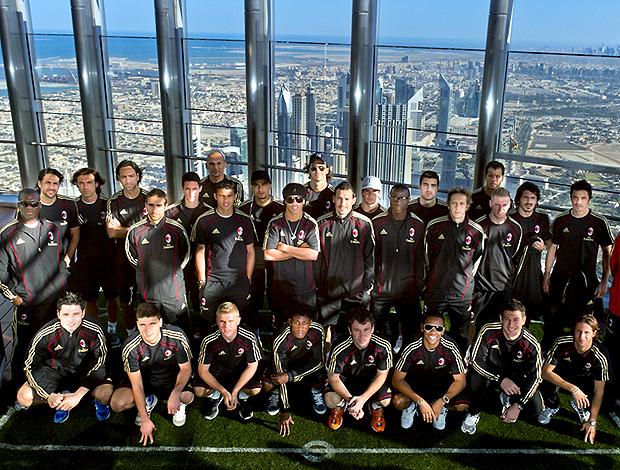time do Milan no topo do prédio Burj Khalifa