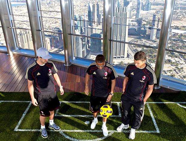 Pato, Robinho e Thiago Silva jogando bola no topo do prédio Burj Khalifa