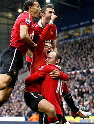 Rooney e Hernandez comemoram gol do Manchester United