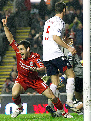 Joe Cole comemora gol do Liverpool